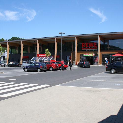 De REWE supermarkt